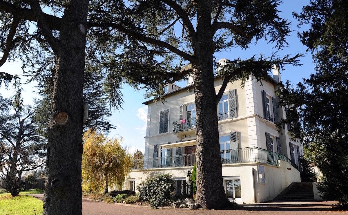 Proche du centre urbain lyonnais, dans une zone semi-rurale, le Foyer Bellecombe est situé à Chaponost.